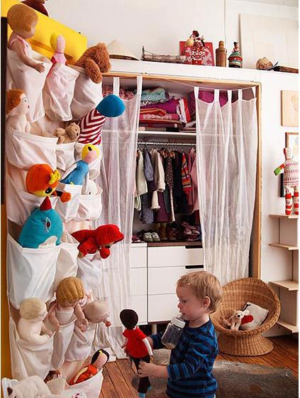 Un zapatero de tela para organizar sus juguetes for Zapatero tela colgar