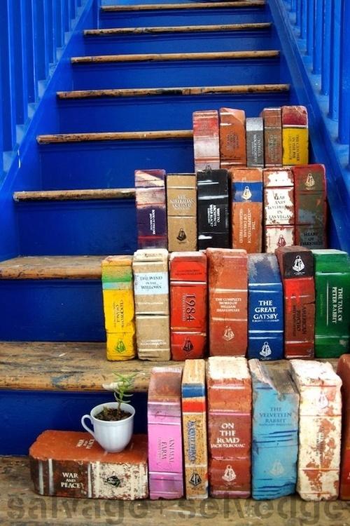 ¿Libros? No… ¡ladrillos pintados!