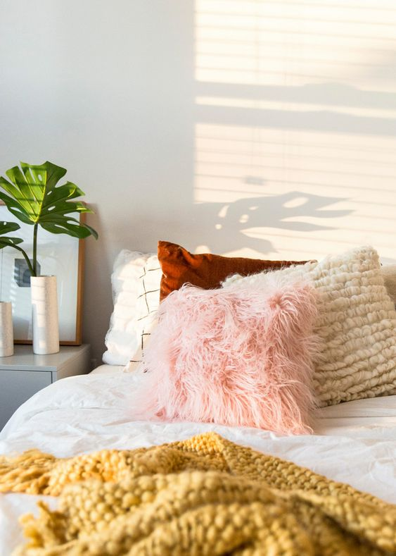 Tendencias: almohadas faux para vestir tu cama